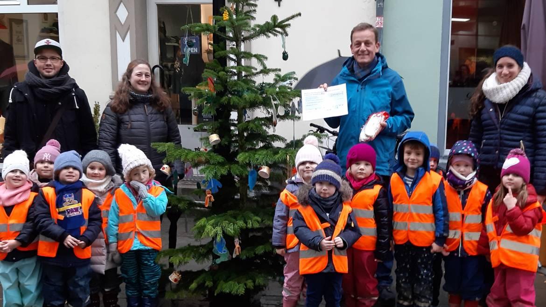 Weihnachtsbaum der Kita St. Suitbertus erhält die meisten Stimmen beim Ratinger Adventsleuchten